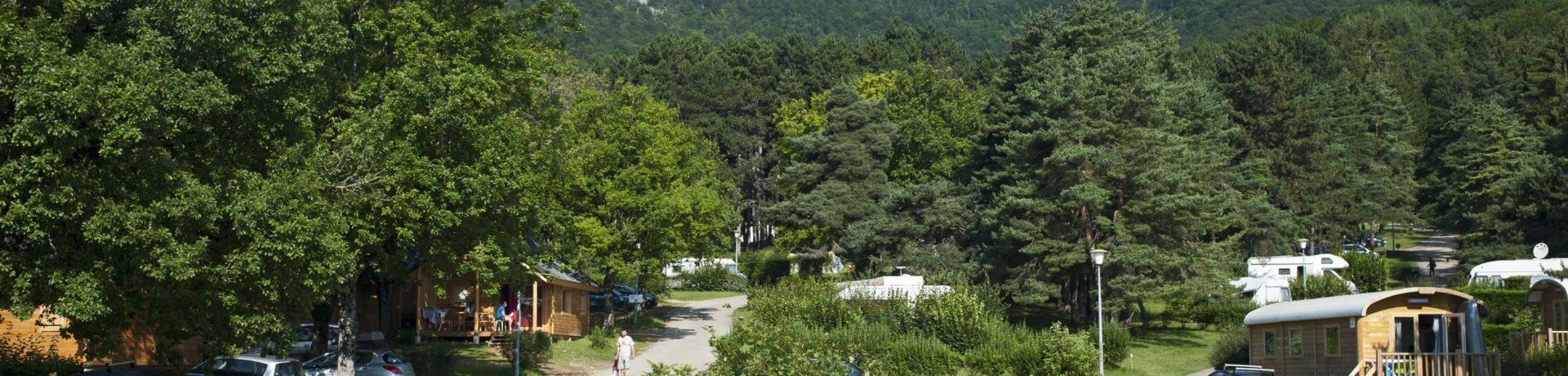 Camping Huttopia Divonne les Bains is een terrassencamping in een natuurgebied van 9 ha met uitzicht op de Mont Blanc in de Ain in de Rhône-Alpes.