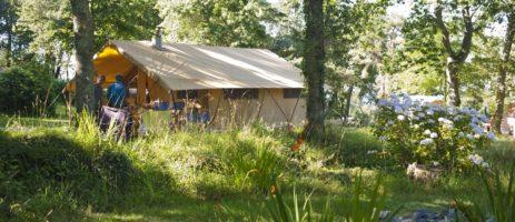 Camping Huttopia Douarnenez is een boscamping op een heuvelachtig en bebost kampeerterrein met uitzicht op de baai in de Finistère in Bretagne.