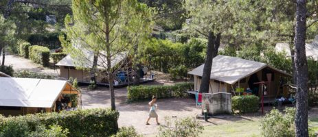 Camping Huttopia Fontvieille in Fontvieille is een natuurcamping in Provence-Alpes-Côte d'Azur gelegen in een pijnbomenbos in het departement Bouches-du-Rhône.