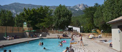 Camping Huttopia Gorges du Verdon in Castellane is een charme camping met zwembad in het departement Alpes-de-Haute-Provence gelegen aan een rivier.