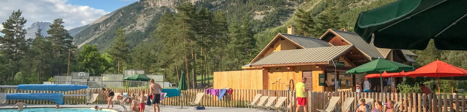 Camping Huttopia la Clarée in Val-des-Près is een rustige camping gelegen aan de oevers van rivier la Clarée bij de grens met Italië in de Hautes-Alpes