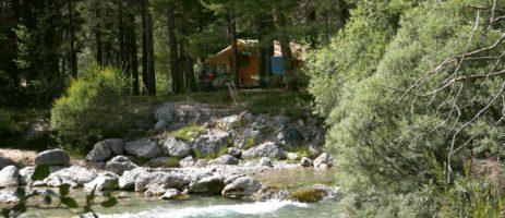 Camping Huttopia La Clarée in Val-des-Prés ligt aan een rivier, in de vallei van Névache in het departement Hautes-Alpes.