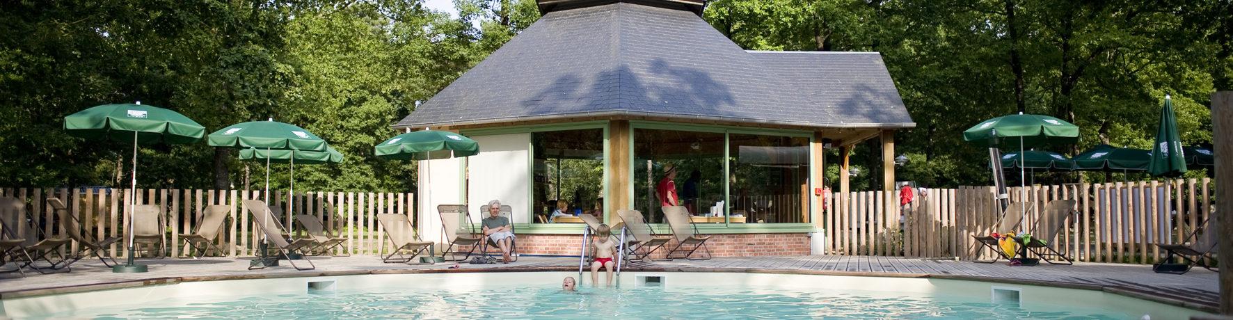 Camping Huttopia Lac de Sillé in Sille-le-Guillaume is een gezellige camping gelegen tussen meer en bos in de Sarthe in de Pays-de-la-Loire.