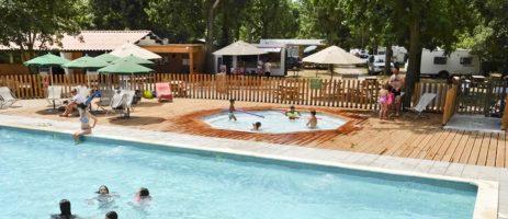 Camping Huttopia Millau is een charme camping op 900 meter van het centrum van Millau tussen de rivieren de Tarn en de Dourbie in het departement Aveyron.