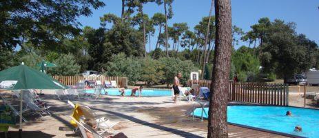 Camping Huttopia Oléron les Pins in Saint-Trojan-les-Bains is een actieve camping op een eiland bij het strand in de Charente-Maritime in de Poitou-Charente.