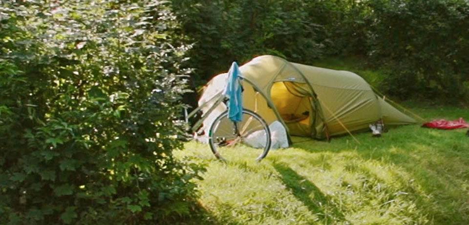 Camping de Waps is een kleinschalige camping in het bos aan de rand van het sfeervolle brinkdorpje Oudemirdum in Zuidwest Friesland. Kampeerders zijn van harte welkom met caravan, camper of tent.