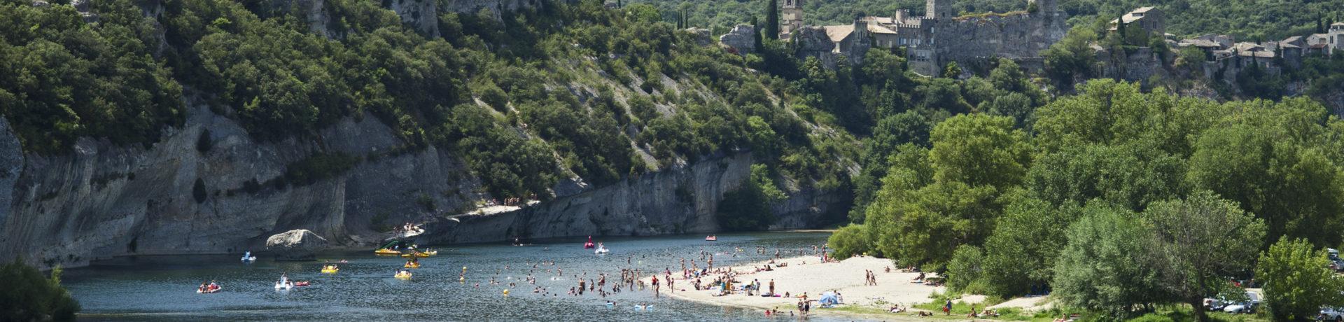 Fraaie natuurcamping aan de rivier de Ardèche ideaal voor liefhebbers van zwemmen, wandelen en nietsdoen, gunstige ligging vlakbij de Gorges de l'Ardèche.