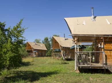 Village Huttopia Sud Ardèche is een mooie familiecamping gelegen in het zuiden van de Ardèche. Een fijne camping voor liefhebbers van natuur en rust en met een mooi ontmoetingscentrum voor alle campinggasten.