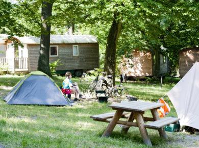 Camping Huttopia Versailles in Versailles is een luxe natuurcamping in het bos gelegen in Yvelines in de regio Île-de-France vlak bij de stad Parijs.