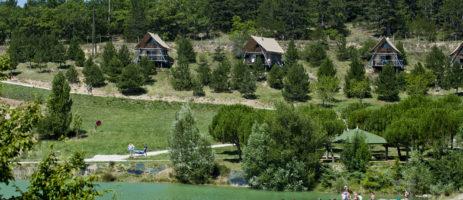 Village Huttopia Dieulefit ligt midden in de lavendelstreek in de Drôme Provençale. De camping beschikt over een zwembad en prachtige uitzicht op de waterplas en de vallei.