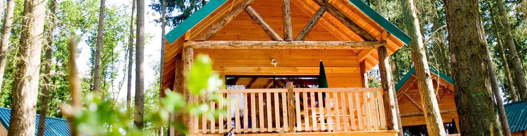 Village Huttopia Senonches in Illiers-Combray is een charme camping in het bos van Senonches, rond het meer van Badouleau, in een bosrijke omgeving van Eure-et-Loir.