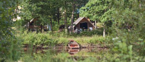Village Huttopia Senonches gelegen aan de waterplas van Badouleau in een bosrijke omgeving in de Eure-et-Loir in de Centre.