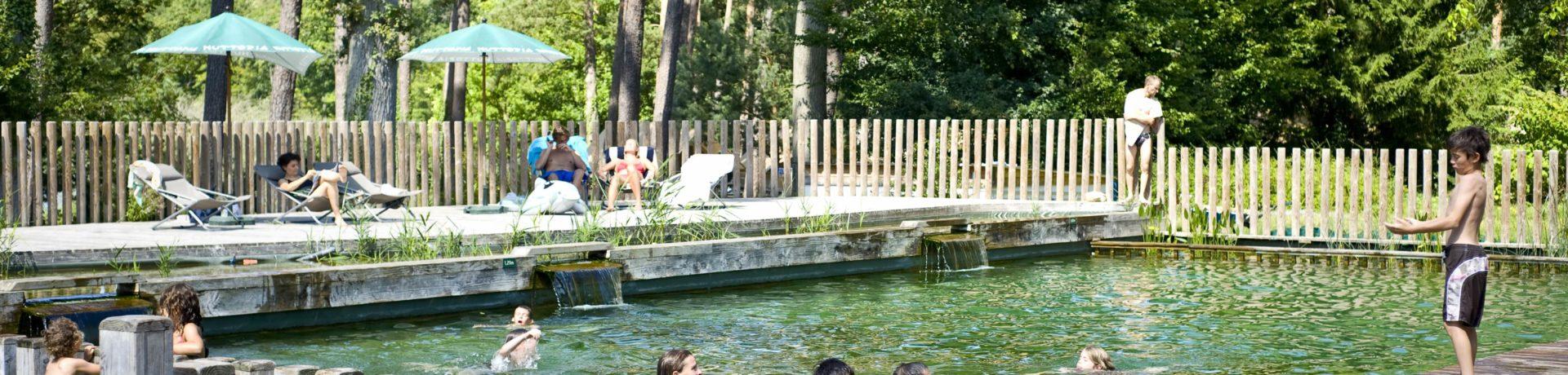 Camping Huttopia Rambouillet in Rambouillet is een natuurcamping in Île-de-France gelegen aan een meer midden in de Yvelines dichtbij Parijs.
