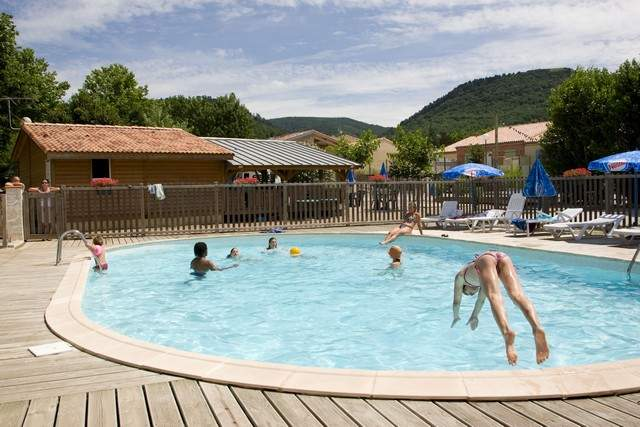 Camping Le Saint Martin is een kleine familiecamping met zwembad gelegen in Sorèze in de Midi-Pyrénées. De eigenaren van Le Saint Martin verwelkomen  van april tot en met september. De kampeerplaatsen zijn ruim en ingericht op uw privacy.