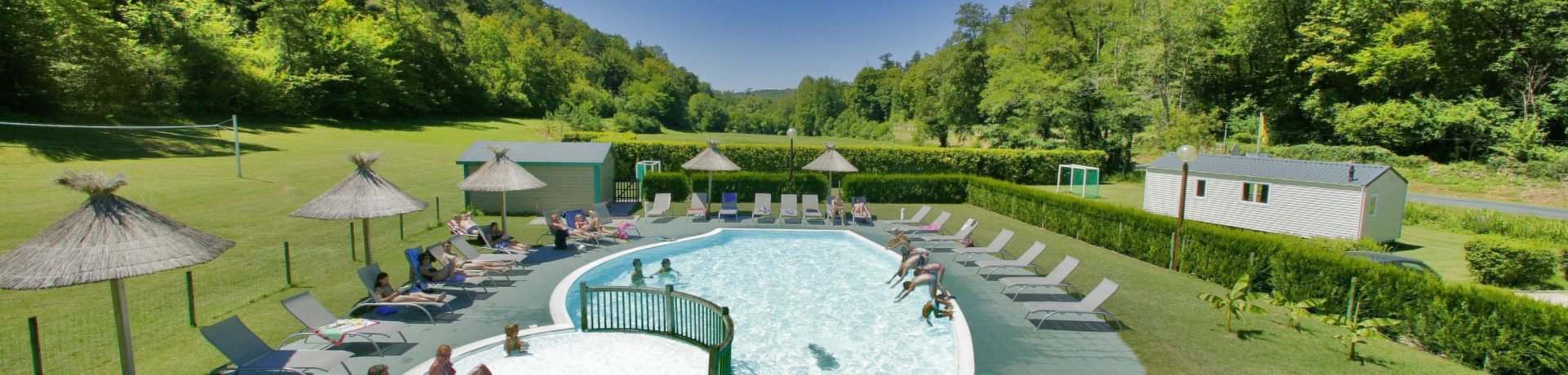 De prachtige camping Le Val de la Marquise in Campagne is een gezellige familiecamping in de Dordogne met zwembad midden in het bos van Campagne, Périgord-Noir.