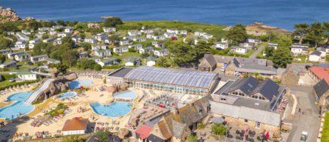 Camping Le Ranolien is een 4 sterren vakantiepark in Bretagne aan zee met zwemparadijs en wellness aan de Granit Rose (Côtes-d'Armor).