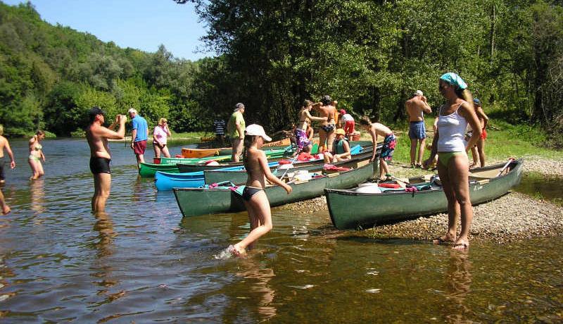 Camping Domaine Laborde in Monflanquin is een comfortabele naturistencamping met zwemparadijs en tennisbaan aan een rivier en zwemmeer op de grens van de Lot en Garonne en de Dordogne.