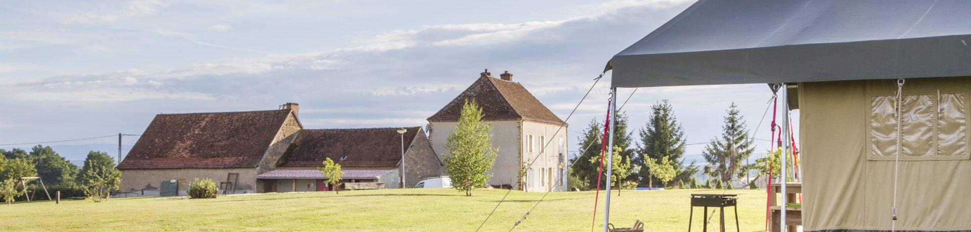 Tendi La Maison Bornat is kleine charme camping met zwembad en safaritenten in de Saône-et-Loire in de Bourgogne. Glamperen in een luxe safari lodgetent!