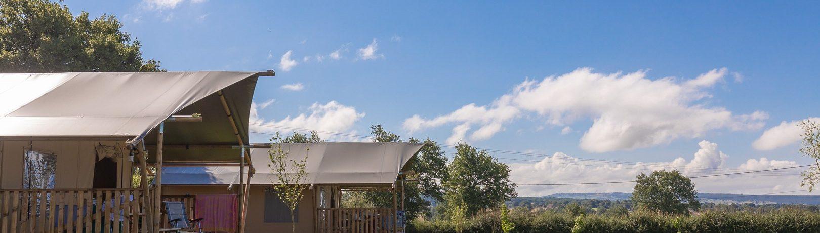 Boek een safaritent in de Bourgogne op domein La Maison Bornat. Je vindt hier een kleine camping met verwarmd zwembad en Tendi Safaritenten met badkamer.