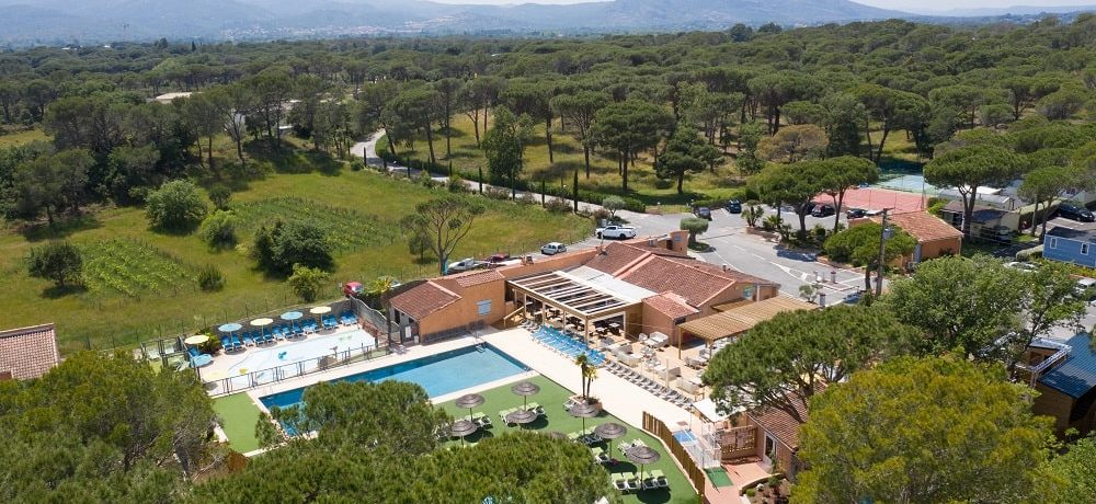 Camping La Bastiane is een comfortabele groene familiecamping met zwembad, bossen van Puget-sur-Argens, zandstranden Côte d'Azur (Provence, Zuid-Frankrijk).