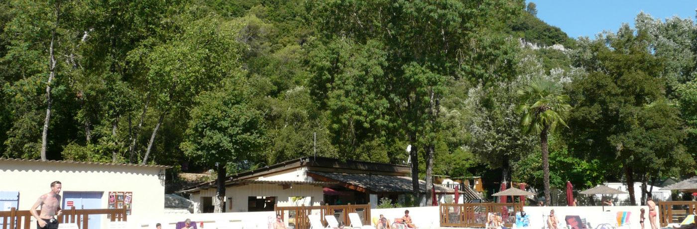 Camping Au Vallon Rouge in La Colle-sur-Loup is een familiecamping in Alpes-Maritimes aan een rivier in de regio Provence-Alpes-Côte d'Azur.