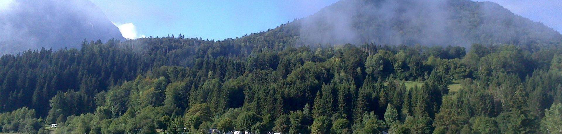 De Camping de L'Île in  Lescheraines is een prachtige natuurcamping gelegen aan de rand van een meer in Savoie.