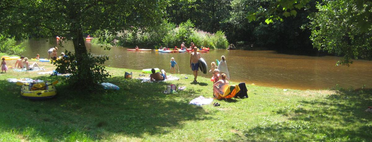 De kleinschalige camping La Chatonnière in de Dordogne ligt aan een riviertje met een eigen zandstrandje en op loopafstand van Jumilhac-le Grand.