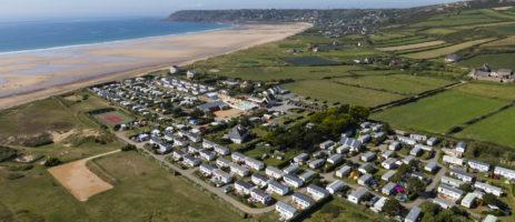 Camping Le Grand Large in Les Pieux is een mooie familiecamping met zwembad aan de westkust van de Cotentin uitkijkend op de Engelse Kanaaleilanden.