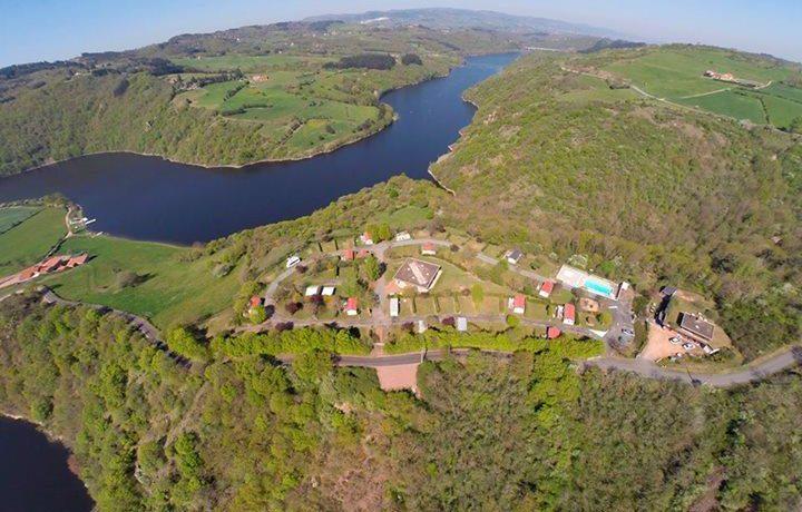 Camping De Mars is een comfortabele familiecamping met zwembad in het groene departement de Loire (Rhône-Alpes) waar je met het hele gezin tot rust komt.