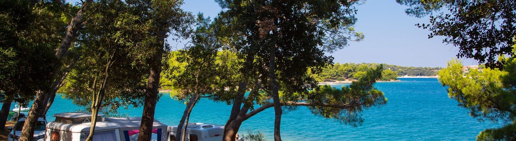 Camping Arena Indije in Banjole is een fraai gelegen camping in Istrië aan een mooi strand van de Adriatische zee aan de kust van Kroatië.