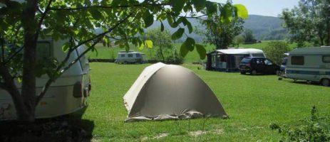 Goute la Vie is een kleine camping met zwembad in de Ain (Rhône-Alpes) en van alle gemakken voorzien, waarbij men het leven kan proeven in al haar facetten.
