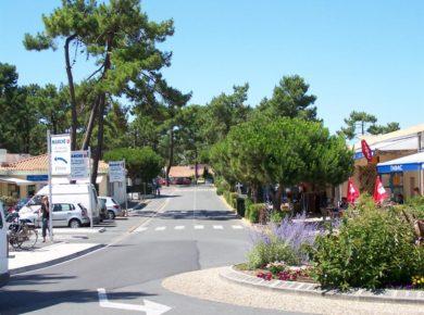 Camping-club Les Pins in Le Grand-Village-Plage bevindt zich op het eiland Île d'Oléron in de Charente-Maritime, op 1,3 km van het strand La Giraudière.