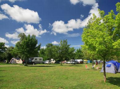 Camping Huttopia La Plage Blanche in Ounans is een rustige camping in het noorden van Jura gelegen aan de rivier La Loue in de Franche-Comté.