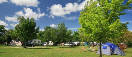 Camping Huttopia La Plage Blanche in Ounans is een mooie natuurcamping met zwembad aan de rivier La Loue in het departement Jura.