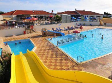 Dune des Sables is fantastisch gelegen in Sables d'Olonne, pal tegenover de zee, met directe toegang tot het strand, 290 zonnige standplaatsen verspreid over een terrein van meer dan 5 ha.
