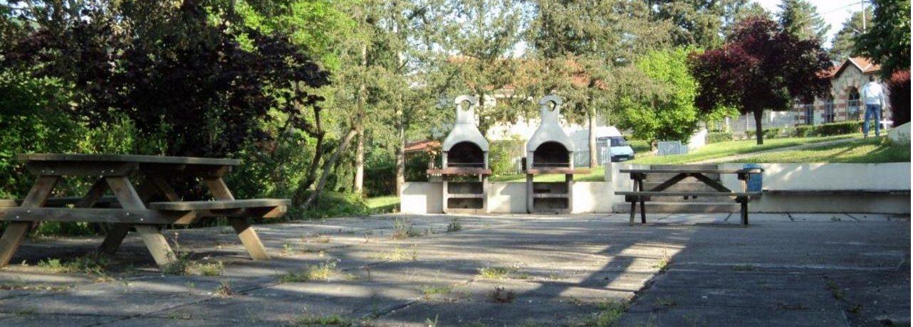 Camping De L'orangerie Du Domaine De Giraud in Boën-sur-Lignon is een camping in Loire in de regio Rhône-Alpes.