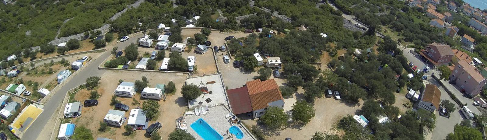 Camping Bor in is een charme camping op het schiereiland Krk gelegen aan zee in de regio Primorje-Gorski Kotar.