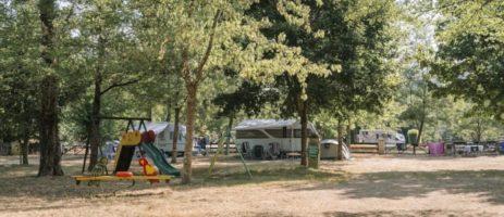 Camping des Drouilhèdes in Bessèges is een sfeervolle middelgrote familiecamping in de Gard aan de oevers van het riviertje de Cèze in de regio Occitanië.