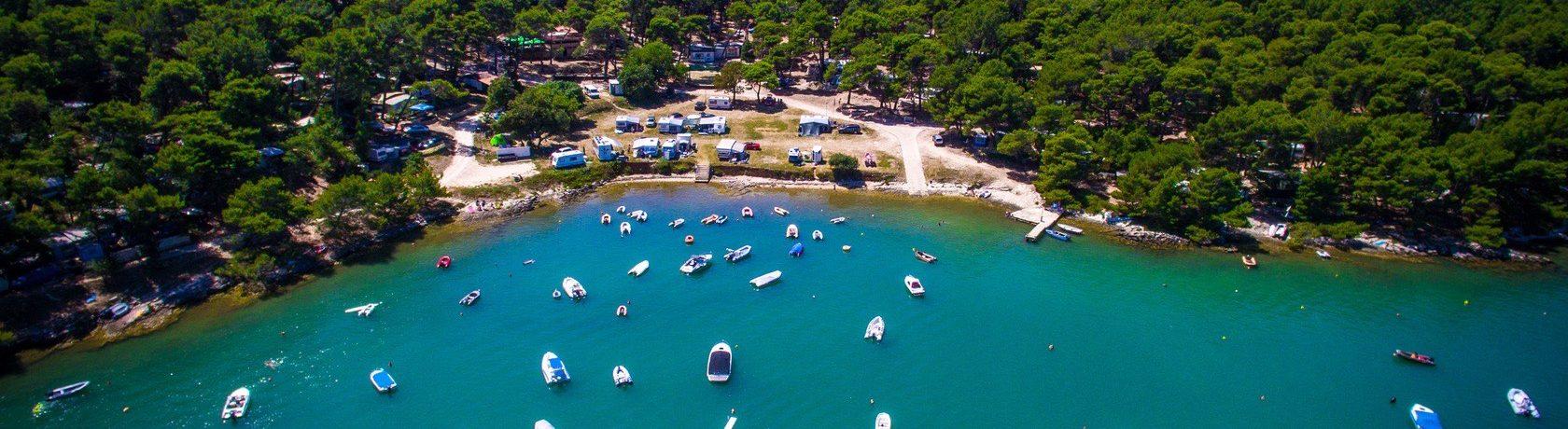 Camping Tasalera in Premantura ligt in het zuiden van Istrië, op 8 kilometer afstand van Pula en 2 km van Medulin in Kroatië.