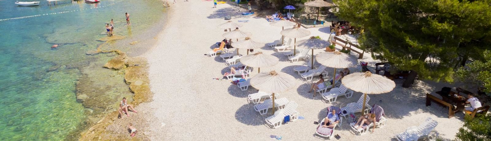 Camping Brioni in Pula is een mooie gezinscamping direct aan het strand van de Adriatische kust in Istrië in Kroatië.