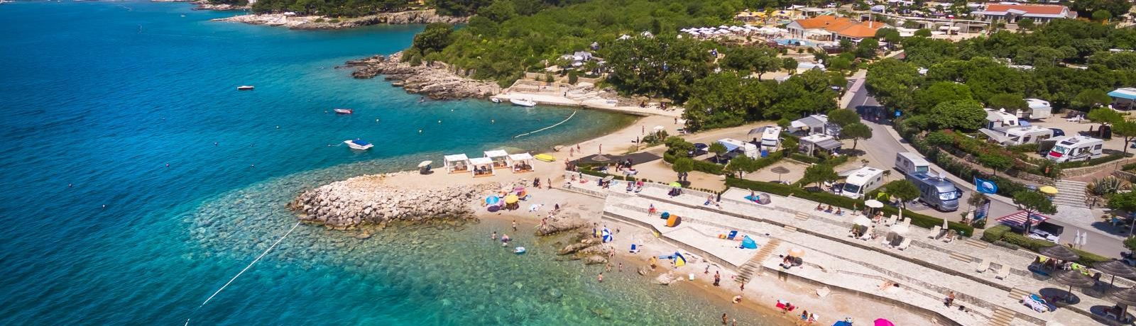 Camping Krk is een 5-sterrencamping met zwembad gelegen in het mediterrane landschap van het eiland Krk in de Kvarner Baai van Kroatië.