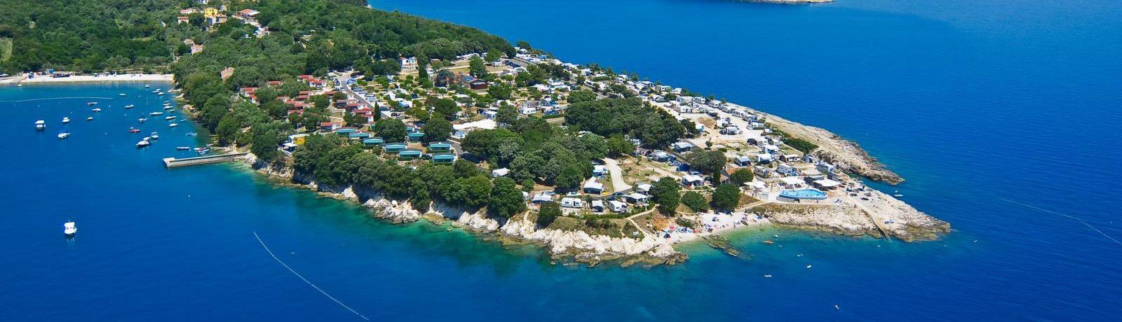 Camping Marina gelegen in het vredige dorpje St. Marina op een klein schiereiland, biedt rust en stilte aan de oostkust van Istrië.