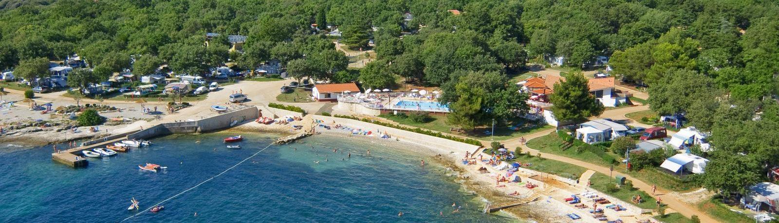 Naturist Camping Solaris op het schiereiland Lanterna, dicht bij Poreč is een naturistencamping in Istrië met zwembad in Kroatië schitterend gelegen aan zee.