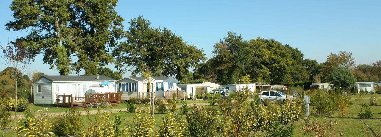 Camping De La Tour is een natuurcamping in de omgeving van Ambon, Morbihan in Bretagne gelegen op het platteland.