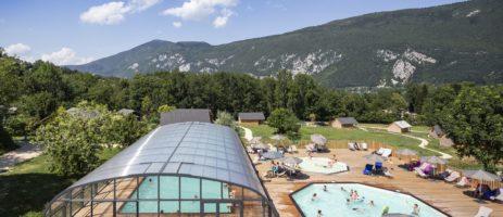 Camping Huttopia Lac d'Aiguebelette in Saint-Alban-de-Montbel is een rustige camping in het hart van de uitlopers van de Savoie.