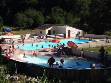 Camping Les Trois Sources is een gezellige, kleine camping met zwembad en twee waterglijbanen in Calviac in de Lot in de Midi-Pyrénées.