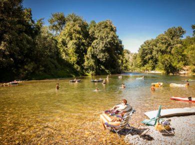 Camping Les Genêts d'Or is een gezellige, groene camping gelegen in de Gard in Languedoc-Roussillon. Op deze camping hangt een ontspannen sfeer.