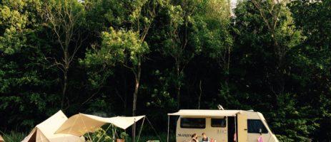 Camping Het bos roept! is een kleine groene charme camping in het Robbenoordbos in Slootdorp in Noord-Holland.