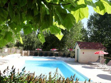 Camping L'Offrerie in Rouffignac-Saint-Cernin-de-Reilhac is een kleine 4-sterrencamping met zwembad in de Dordogne in de Périgord Noir gelegen op het platteland.