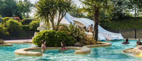 Luxe 5 sterren camping in Normandië met zwembad, ruime plaatsen en stacaravans, gelegen in de buurt van Granville en de zandstranden.